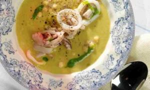 Тыквенный суп с кальмарами фри.